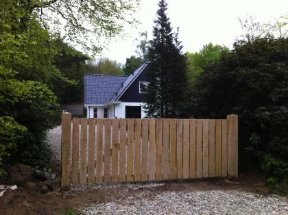 Een prachtige afwerking van je tuin realiseer je met houten hekken en poorten