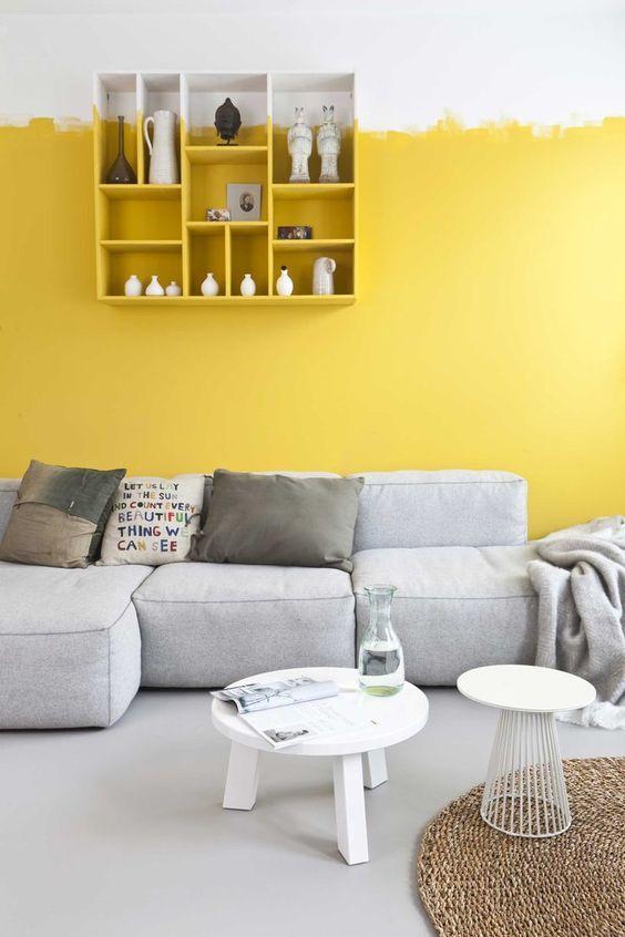 gele muur interieur