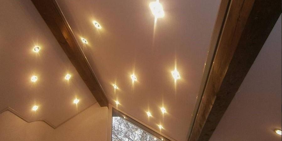 Een nieuw stijlvol plafond in de zolder